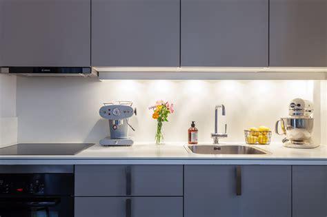cuisine gris laqué avec une crédence blanche picslovin