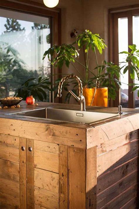 refaire cuisine en bois îlot central en palette bar et tabourets à faire soi même