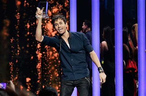 Enrique Iglesias Recovering After Fingers Sliced at ...