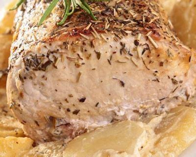 cuisiner un roti de porc au four recette rôti de porc à l 39 ail au thym et rattes au four