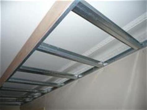 fixer une cuisine sur du placo faux plafond partiel pour créer éclairage dans salon avec