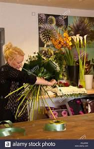 Bilder Von Blumenstrauß : floristen arrangieren einen gebundenen blumenstrau in einem blumenladen mit trauben von blumen ~ Buech-reservation.com Haus und Dekorationen