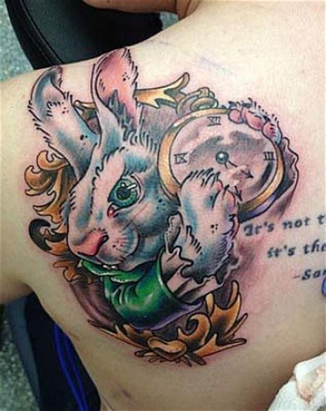Tatuaje del conejo de Alicia en el país de las maravillas