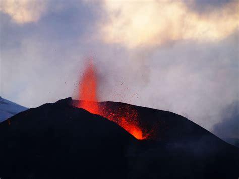 In der nacht zum samstag ist in der nähe der isländischen hauptstadt reykjavík ein vulkan erwacht. Feurige Urkraft (Vulkan Eyjafjalla, Island 2010) Foto ...