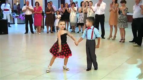 Sorprendete al ver a estos niños bailando - Burbuja viral