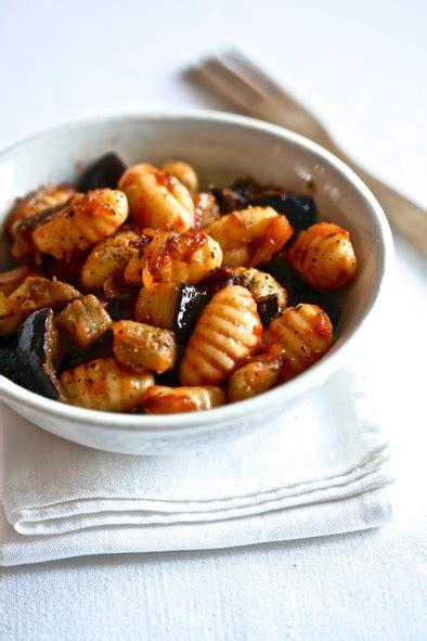 comment cuisiner des gnocchis gnocchis tomate et aubergine savoir cuisiner fr