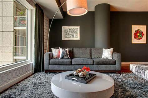 quel tapis avec canapé gris 79 idées fanscinantes pour intérieurs à tapis poil