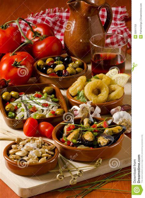 cuisine en espagnol cuisine espagnole tapas assortis des plats en céramique