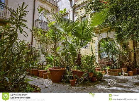 vasi giardino terracotta giardino con i vasi di terracotta immagine stock