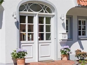 Fenster Mit Sprossen Landhausstil : haust ren aus kunststoff oder holz mit stilelementen wie sprossen b gen aufgesetzten ~ Eleganceandgraceweddings.com Haus und Dekorationen