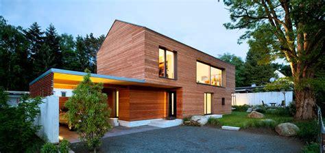 wohnhaus aus holz au 223 enansicht beleuchtet mit carport und garten des efh einfamilienhaus wohnhaus aus holz house