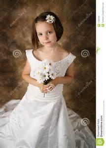 robe de mariage fille fille essayant sur la robe de mariage de la maman photo stock image 17504700