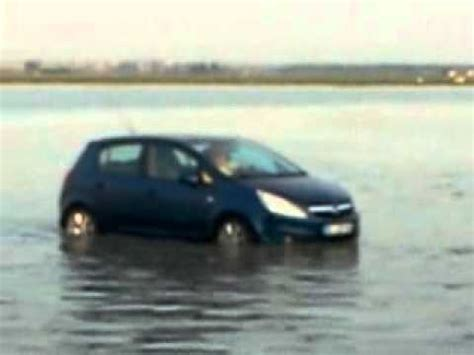 une voiture a l eau au mont michel