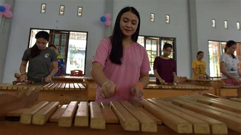 Salah satu musik daerah yang diajarkan olehnya adalah musik gamelan, seperti yang ia pelajari di belanda. 8 Alat Musik Tradisional Indonesia yang Mendunia ...