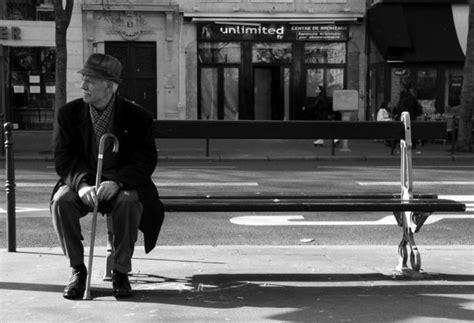 le d 233 sespoir est assis sur un banc de romane06700