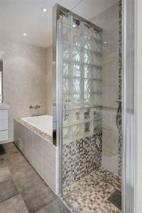 petite salle de bains avec baignoire douche 27 idees sympas With porte de douche coulissante avec plan bois salle de bain