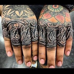 Hand Tattoos Schrift : 1000 images about finger and hand tattoos on pinterest ~ Frokenaadalensverden.com Haus und Dekorationen