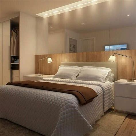 quarto com espelho e cabeceira em madeira piso laminado e criado mudo branco lumin 225 rias e teto