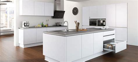 cuisine idealis but cuisine mixant finition bois mat et matériaux inox et
