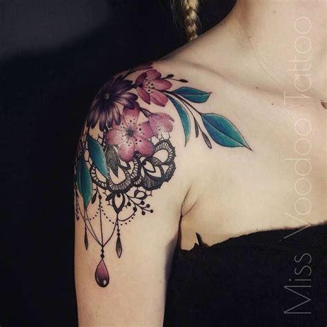tatouage rose dentelle epaule femme