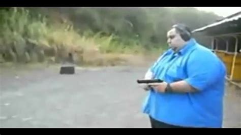 fat guy shooting    laugh xd fetter typ schiesst