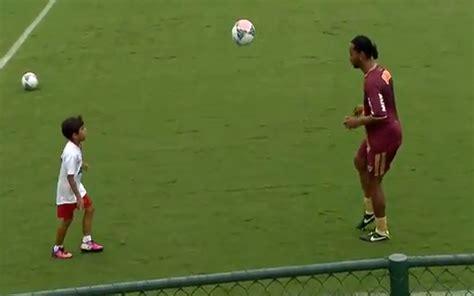 video ronaldinho plays kick ups  team mates young