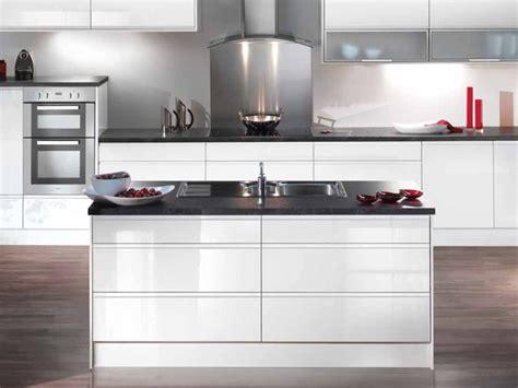 white gloss kitchen idea black stone worktops kuchnia