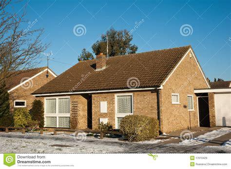 maison dans la neige images libres de droits image 17610429
