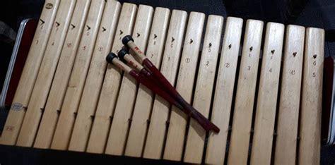Dengan demikian, pemain musik daerah yang sudah mahir akan mempunyai kemampuan untuk memainkan semua instrumen musik tersebut. 15 Alat Musik Tradisional Indonesia - Sahabatnesia