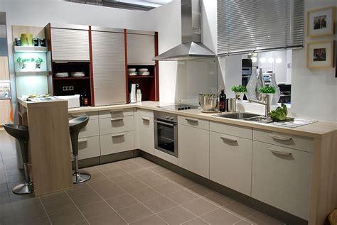 Strukturbeige Küche Mit Theke