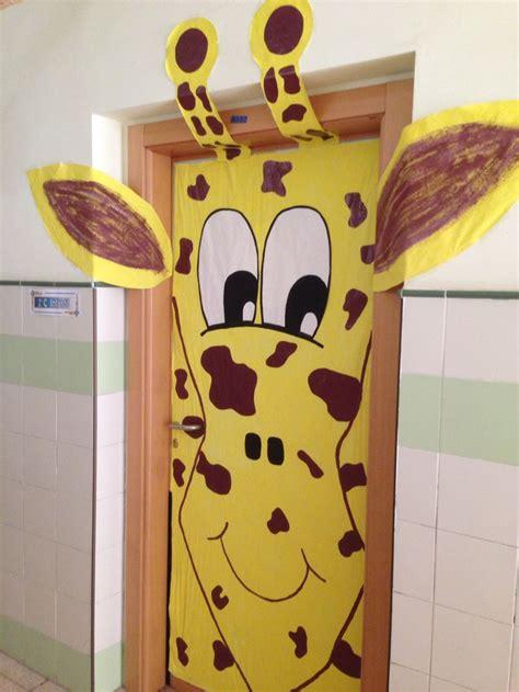 decoracion de la puerta de clase de una jirafa cole