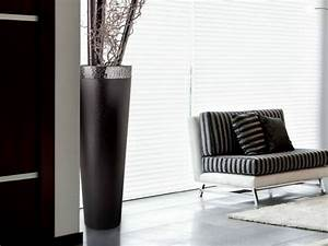 vase noir design idees de decoration With tapis champ de fleurs avec grand canapé lit