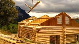 un chalet construit avec des troncs de bois empil 233 s au