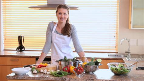 femme dans la cuisine femme faire la cuisine hd stock 649 334 814