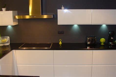 cuisine taupe et noir cuisine laquée blanche plan de travail granit noir photo