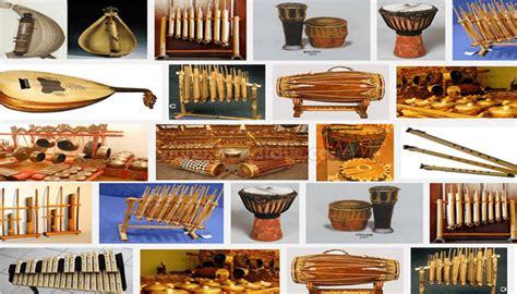 Berikut ini contoh alat musik harmonis yang lengkap disertai penjelasan seperti asal daerahnya, cara memainkannya dan gambarnya juga. Pengertian Alat Musik, Fungsi, Contoh & Jenisnya (Lengkap)