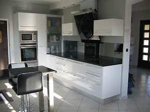 cuisine equipee grise laquee 5 cuisine blanche plan de With cuisine grise plan de travail noir