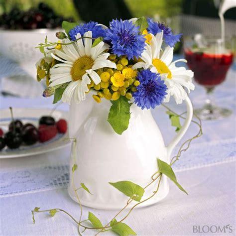 blumenstrauss mit kornblumen und margeriten tischdeko