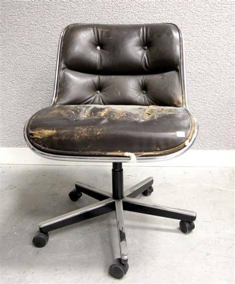 charles pollock fauteuil de bureau a coque en fibre de verre moule et garniture de cuir capitonne b