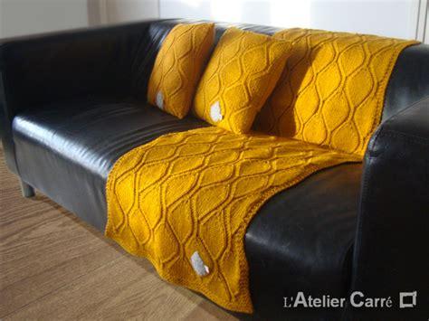 jeté de canapé taupe etole ou jeté de canapé longue en tricot motif feuille l