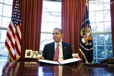 le de bureau blanche barack obama dans le célèbre bureau ovale de la maison