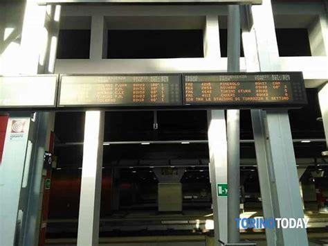 Orari Treni Porta Susa by Persona Sotto Un Treno Traffico Ferroviario In Tilt