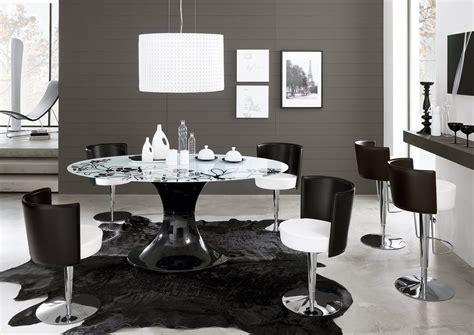 sedie barocche tavoli rotondi e ovali design morbido minimal dinamico