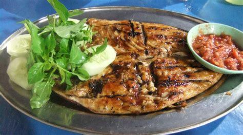 Hampir semua rumah makan pun restoran kelas atas memasukkan ikan bakar aneka rasa dalam daftar menu mereka. File:Ikan kakap bakar madu.JPG - Wikimedia Commons
