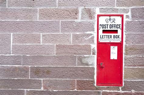 cassetta della posta in inglese contenitore inglese di posta villaggio immagine stock