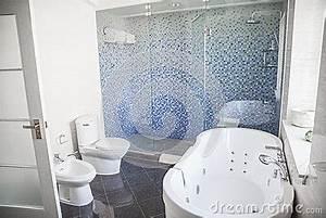 Toilette Mit Dusche : modern sauber badezimmer mit toilette wanne dusche und badewanne lizenzfreie stockbilder ~ Markanthonyermac.com Haus und Dekorationen