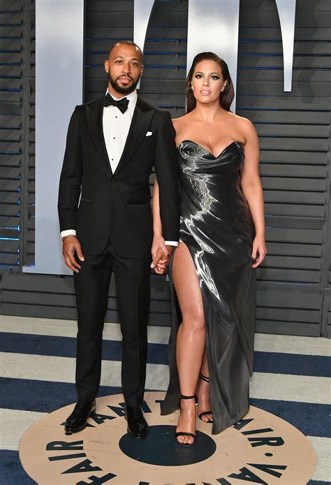 Ashley Graham mostra curvas em vestido metálico e para