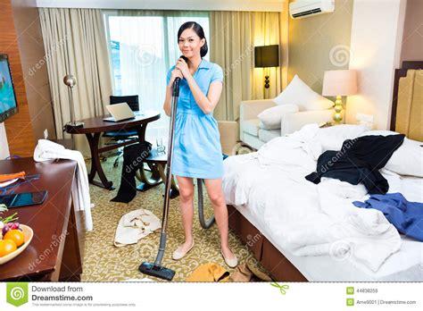 femme de chambres nettoyage de femme de chambre dans l 39 hôtel asiatique image