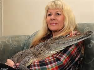 Croc lady Vicki Lowing helps her pet CROCODILE enjoy a ...