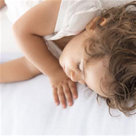 a quel age bébé dort dans sa chambre a quel âge bébé ne fait plus de sieste
